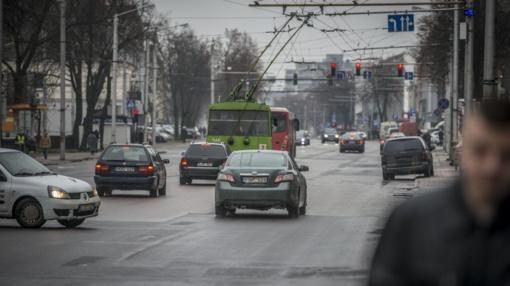 Žėrė kritikos automobilių registracijos mokesčiui: smogs neturtingiesiems, taršių automobilių nepakeis