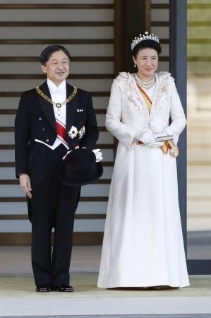 Per retą paradą Japonijoje džiūgaujanti minia sveikino naująjį imperatorių