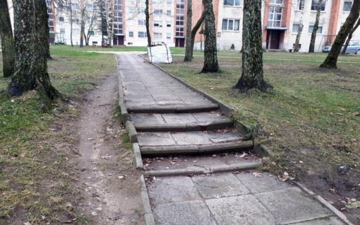 Įgriso apgriuvę laiptai