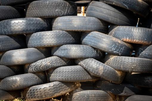 """""""Akmenės cementas"""" laikinai nepriima utilizuoti senų padangų"""