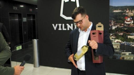 Vilniaus savivaldybė nebijo baudų: nepaisydami perspėjimų mokesčių mokėtojų pinigus leidžia vynui