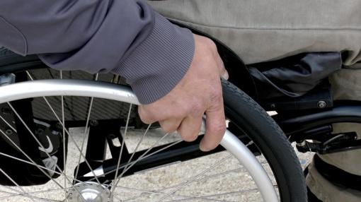 Panevėžyje be priežiūros paliktas neįgalusis rastas su vežimėliu nukritęs nuo laiptų