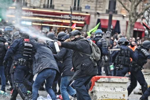 """Prancūzijos policija sulaikė 254 žmones per """"geltonųjų liemenių"""" protestus"""