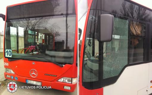 Panevėžio policija prašo padėti nustatyti įtariamąjį: išdaužė autobuso stiklą