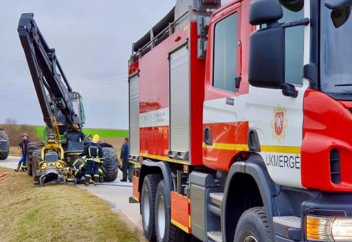 Ukmergės rajone užsidegė traktorius