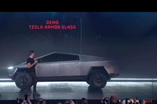 """""""Tesla"""" pikapo pristatymą aptemdė nesėkminga langų tvirtumo demonstracija (vaizdo įrašas)"""