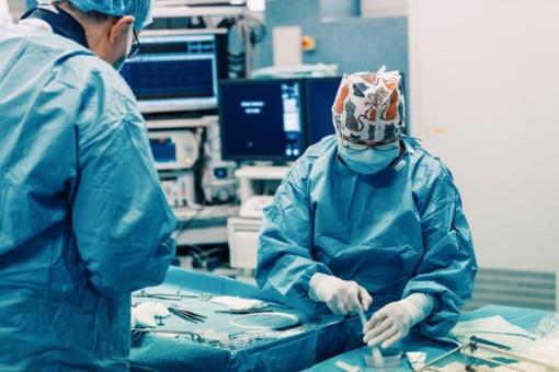 Kauno klinikų medikai jau atliko 100 aortos vožtuvo implantacijų per kateterį