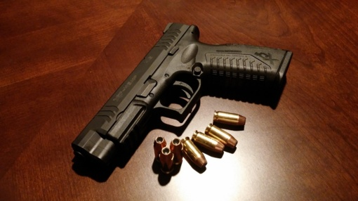 Merginos namuose Šiauliuose rasta, įtariama, narkotikų ir dujinis ginklas