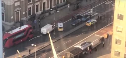 Londone peiliu ginkluotas vyras užpuolė praeivius, sužeisti keli žmonės (vaizdo įrašai)
