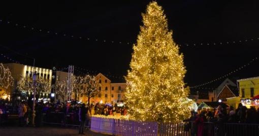 Įžiebta Klaipėdos kalėdinė eglė: laukia daug kitų šventinių renginių