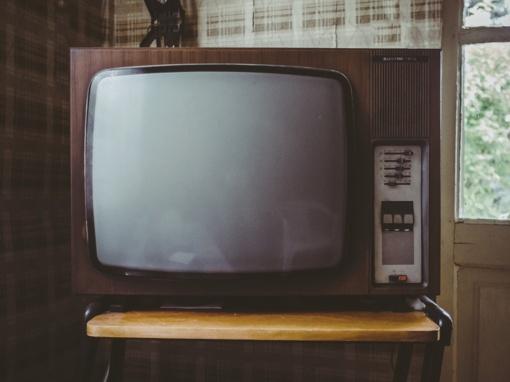 Į tėvą skriejo ir jį sužalojo sūnaus mestas televizorius