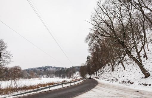 Šalies keliuose yra slidžių kelio ruožų!