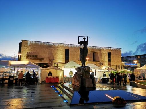 Radviliškio mieste sužibo ne tik Kalėdų eglė – šviesą ir šilumą skleidžia ir Kalėdinių eglučių alėja, kviečia Kalėdinis maršrutas
