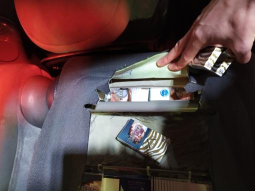 Po variklio dangčiu ir automobilio sėdynėse vilnietis slėpė 9 rūšių cigaretes