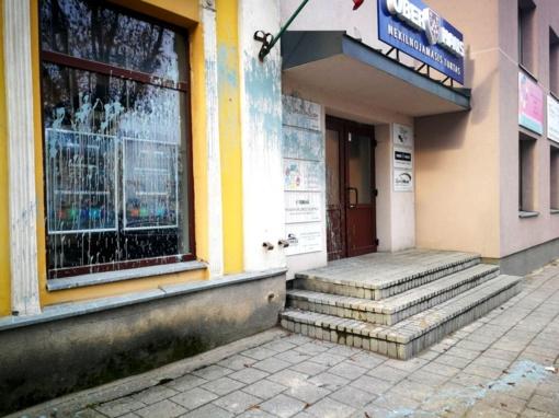 Panevėžio centre siautėjo vandalai: apliejo pastatą dažais