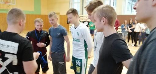 Kelmės rajono tinklinio varžybos Vaiguvos jaunimo taurei laimėti