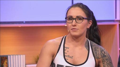 Stipriausia Anglijos moteris lietuvaitė Ana patempia du autobusus