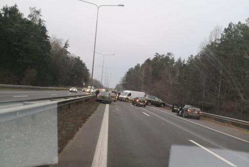 Greitkelyje Vilnius–Kaunas susidūrė keturi automobiliai, eismas vyksta viena juosta