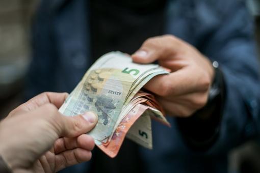 Darbdaviai įsipareigojo nemažinti atlyginimų, jei bus pritarta prezidento siūlymams