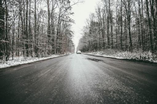 Eismo sąlygas rytą sunkina plikledis ir šarma ant kelių