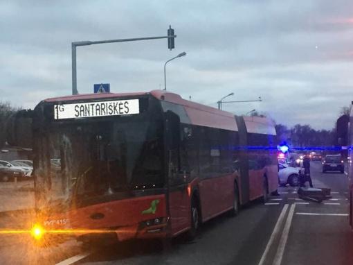 Vairuotojui netekus sąmonės, autobusas tapo nevaldomas: sunkiai sužalota stotelėje laukusi moteris (papildyta)