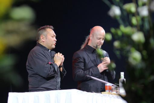 Konfliktus svogūno pjaustymui prilyginęs kunigas kulinaras: išvengti ašarų galima