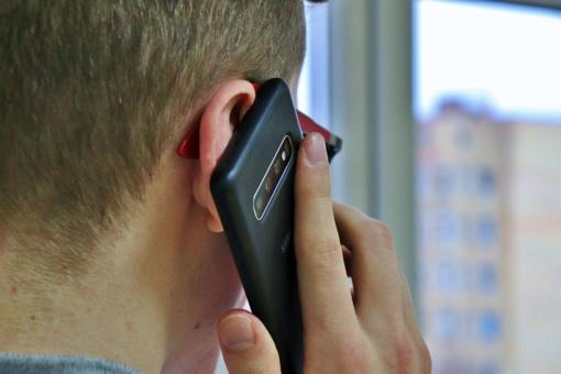 Bandymas perduoti telefoną tardymo izoliatoriuje baigėsi baudžiamąja byla teisme