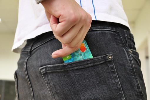 Neblaivus vyras pasisavino Akmenės rajono gyventojos banko kortelę ir pinigus