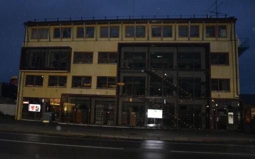 Laisvės šviesą simbolizuojančios žvakutės suspindo ir Varėnos rajono įstaigų languose