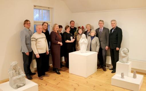 Tautodailės metus Šiaulių rajone pradėjo akmens skulptūrų meistro Valdo Bandzos paroda