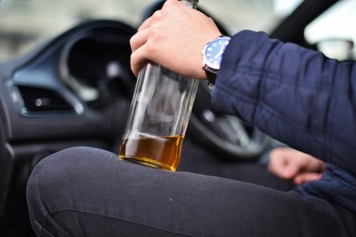 Vilniuje į areštinę uždaryti smarkiai alkoholio padauginę vairuotojai