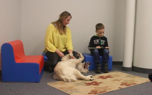 Naujovė Jurbarke. Šuo padeda pamilti knygą ir išmoko drąsos