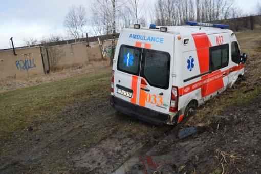 Lazdijų rajone užklimpo greitosios pagalbos automobilis