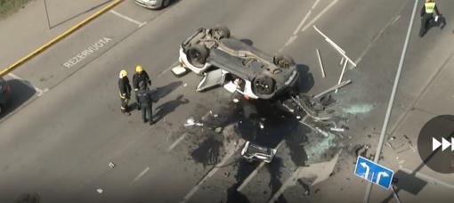 """Prokurorai tiria aplinkybes, kodėl iš """"Europos"""" aikštelės su automobiliu iškrito moteris (vaizdo įrašas)"""