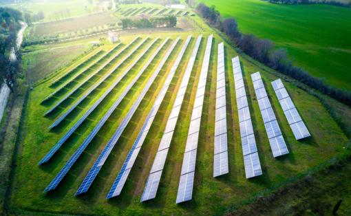 Mitas, kad saulės energijai reikia elektrinės ant stogo