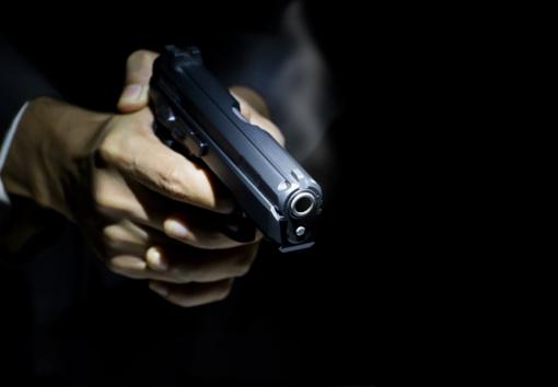 Klaipėdiečiui grasinta ginklu, apšaudytas automobilis