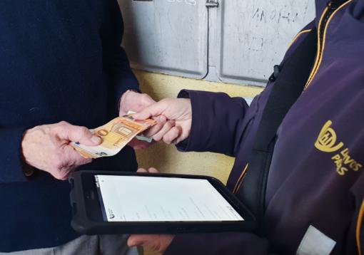 Mobiliųjų laiškininkų problemos: sunkiai pravažiuojami keliai ir mažas darbo užmokestis
