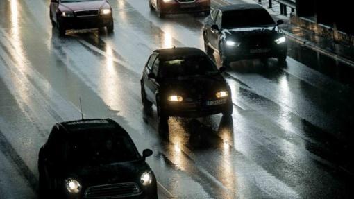 Naktį keliuose gali susidaryti plikledis, perspėja kelininkai