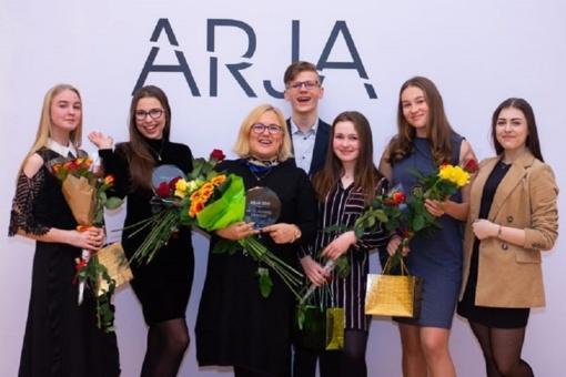 """Ramučių gimnazijos mokytoja Vita Mėlenienė gavo """"Metų jaunimo draugo"""" statulėlę"""