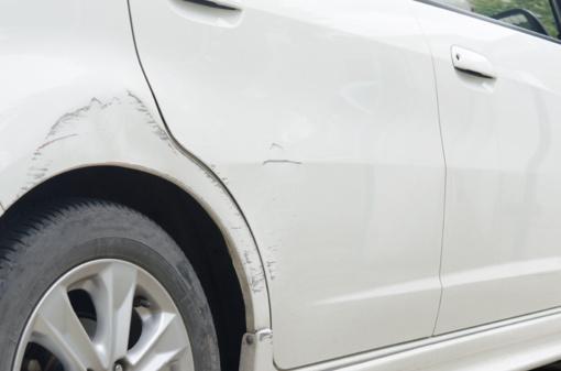 Jonavoje neblaivus vairuotojas kliudė stovintį automobilį ir pabėgo iš įvykio vietos