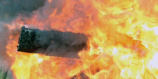 Atvira liepsna dega namas, viduje gali būti žmonių