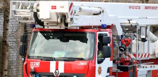 Kaune ugniagesiai gelbėjo galimai insultą patyrusią moterį