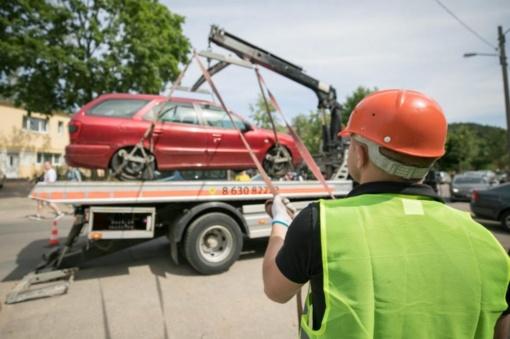 Siūloma suteikti savivaldybėms teisę išvežti neleistinose vietose paliktus automobilius