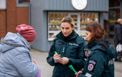 Klaipėdos policijos pareigūnai piliečiams aiškino apie korupcijos keliamas grėsmes