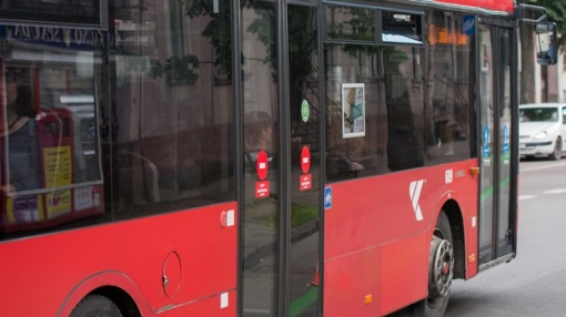 Autobusas Kaune durimis suspaudė ir sužalojo moterį
