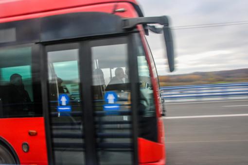 Nelaimė Kauno viešajame transporte: durimis prispaustą moterį vilko žeme