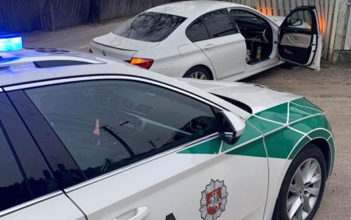 """Į tvorą įvažiavęs """"BMW"""" vairuotojas gyrė pareigūnų darbą"""