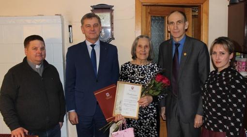 Garbios sukakties proga pasveikinta devyniasdešimtmetė Varnių gyventoja