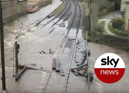"""Ekstremalūs orai Jungtinėje Karalystėje: audra """"Ciara"""" kelia tikrą chaosą (vaizdo įrašas)"""