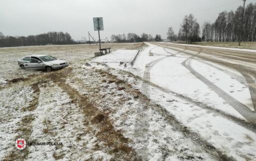 Kupiškio rajone automobilis nuvažiavo nuo kelio ir apvirto